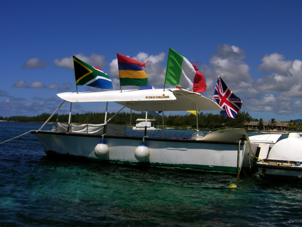 The floating station (notice the flags: perfect!)