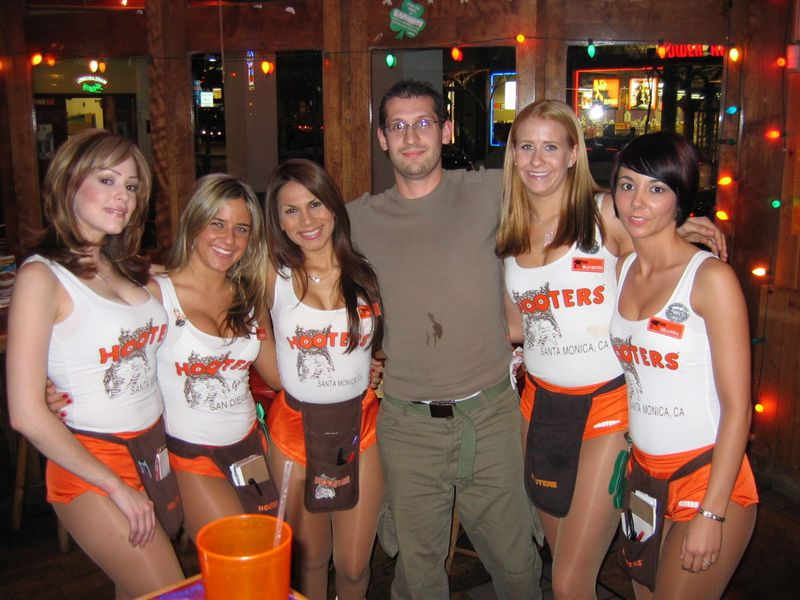 HOOTERS! Girls!